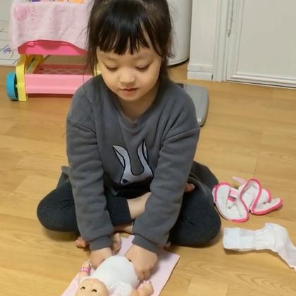 #梨涡妹妹金在恩##宝宝#妞妞很认真的在给娃娃换尿布😀在恩麻麻都很惊叹哦👍