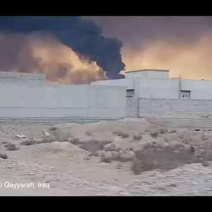 """#现场直击# 在伊拉克摩苏尔,负隅顽抗的伊斯兰国实施""""焦土""""政策,点燃了大批油井"""