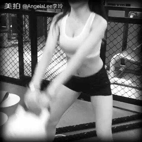 【AngelaLee李玲美拍】#健身#翘臀 双手拿壶铃 双腿分开...