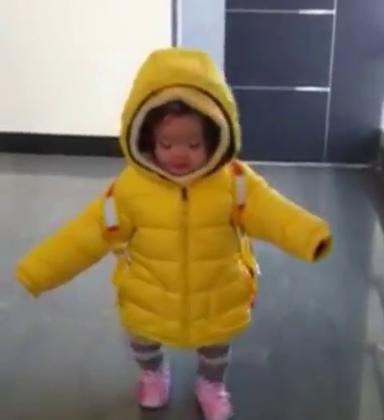 #梨涡妹妹金在恩##宝宝#15个月大的小在恩😀时间过得好快呀😘背着的书包好像有点大哦😁
