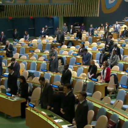 11月29日,联大在举行全体会议前,全体代表起立默哀一分钟,哀悼日前去世的古巴前领导人菲德尔·卡斯特罗。联大主席汤姆森表示,卡斯特罗在国际舞台上不懈地倡导平等,为推动发展中国家进步、特别是在促进教育和医疗方面作出的贡献将被世人永远铭记。