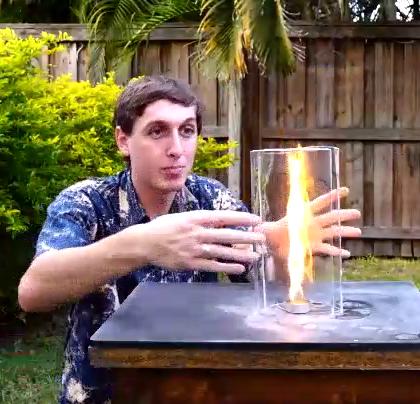 火焰旁放两块玻璃,火焰瞬间增大,谁能告诉我是怎么回事?😃😃😃