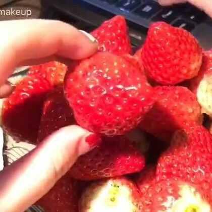 娇艳欲滴的大🍓 忽略旁边傻子打游戏的声音 啧啧啧 来吃草莓😘😘😘😘