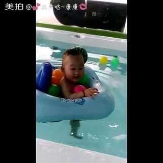 #萌宝宝游泳记##随手美拍#这么大的一个池子,就宝贝一个人😊😊#我家宝贝棒棒哒##爱洗澡的宝宝#圣诞节约起来🎄🎄🎅🎅🎅