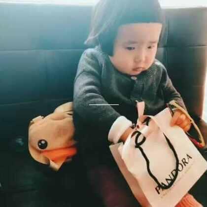 小蛮在村里过生日能有礼物收全都多亏了@Emy🍼Eric🔆 小蛮很喜欢这个blingbling的手链😃