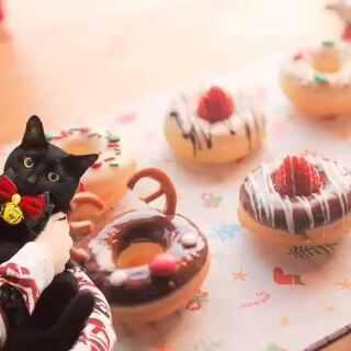 嘿!做个甜甜圈,一起过圣诞吧🍩香糯的甜甜圈裹满巧克力,再撒上漂亮的糖珠,一口咬下去连心里都是甜甜哒!😋飘着雪许个愿,希望大家爱的人永远在身边!祝大家圣诞快乐💛(这次不用吃狗粮啦,转发评论点赞,我会抽三位童鞋送出我亲手做的甜甜圈哟!祝开心😘)#美食##圣诞美食狂欢##厨娘物语#