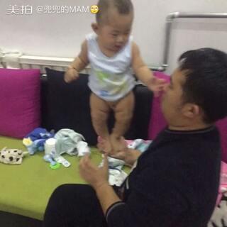 宝贝六个月+9天了,他粑粑托着能站一会儿了,#宝贝成长日记##我家宝贝棒棒哒#😊