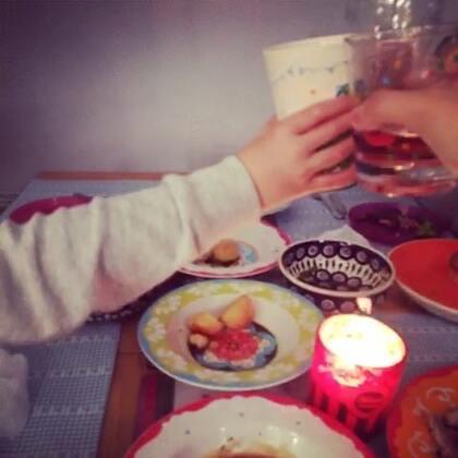 平安夜的晚餐🎄🍖,由大帝和米娅姐姐合力完成。虽然妈咪购买的食材只需放入烤箱就可以完成。大帝还是很严谨的部署了时间表!🤦🏻♀️🤦🏻♂️ 第一次给孩子们尝试汽水,三少的表情亮了,最后的巧克力火山布丁,是超市里可以找到的最小号😛😘❤祝大家平安夜快乐💋