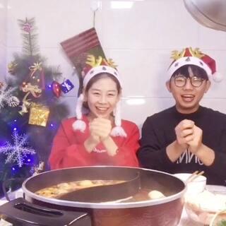 #圣诞节##吃秀##美食#🎅 圣诞奶奶和圣诞小伙儿来了 祝福小伙伴们开心 !平安 !幸福 !我们在吃火锅话说你们今晚吃啥好吃的了?我想在这个日子里我收到最好的圣诞礼物就是你们了 一直的陪伴和支持 ❤耶 福鑫给大家送礼物了 点赞+评论+转发 抽出三人每人获得现金红包30元 明天晚上10点咱们直播抽奖见~