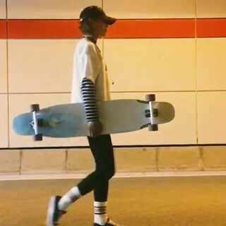 #长板女孩#和浅秋相遇之后的第一个视频❤感谢@Switch深圳滑板店 送的这块浅秋✌🏻很喜欢!BGM:《Lose it 》