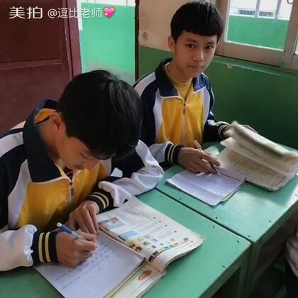 英语课,抓拍每一个学生完成作业的样子…#^_^#!这班小崽子都挺搞笑…^_^ #男神##女神##学生时代#@树嵩老师 http://weibo.com/u/2503732992