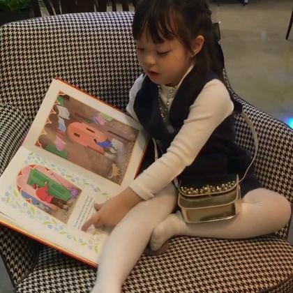 #宝宝##梨涡妹妹金在恩#喜欢用英文读童话书的在恩宝宝~~~