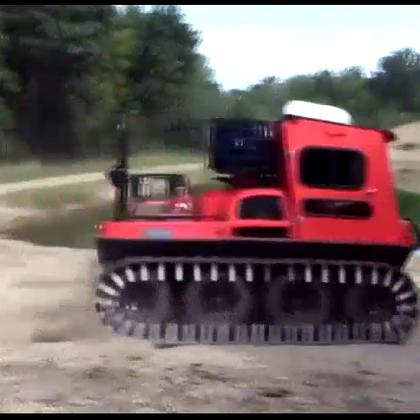 太牛了,第一眼看过去以畏是玩具车,加上履带堪比坦克.