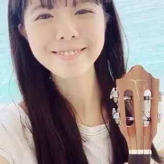"""在海边,用着吃货激萌表情,弹唱我的""""成名曲""""《我要吃肉》给你们,哈哈~#激萌翻唱# #音乐##2017第一个视频自拍#"""