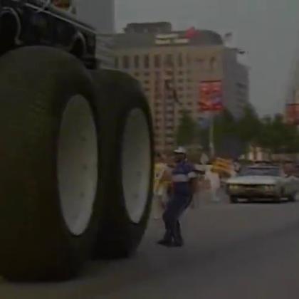 超大轮子的改装汽车,碾压普通汽车.