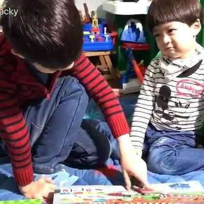 #一步一年##年年说话##宝宝#这套南极熊轨道游戏书年年很喜欢,可以铺开在地板上几个孩子一起看,每本书还会有一个能在轨道上跑的小公仔,带孩子认识各种动物、交通工具。非常适合假期时的亲子互动,当然也是父母解放双手的好帮手🌚周三🕙开团@好爱传播
