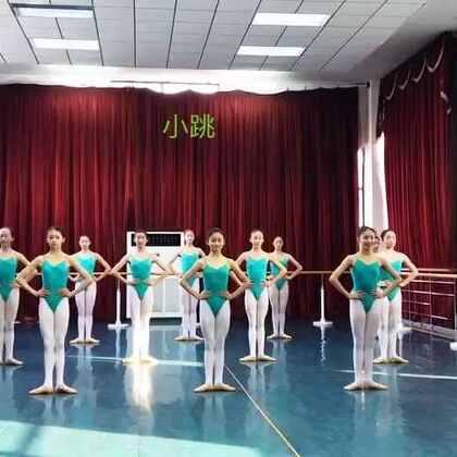 武汉市艺术学校3年级上学期女班小跳组合
