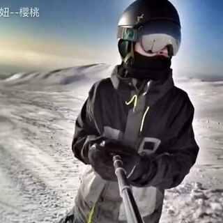 #单板滑雪##滑雪##高山滑雪#长春雪天马路上惊现单板🏂滑雪那小孩又去长白山了,你咋这么会玩呢👏