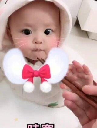 #萌宝内心戏##全民吃货拍##厉害了我的北鼻##宝宝##萌宝宝##吃秀##宝宝成长记#🔺我带孩子比较粗糙,她也特别好养活,是我心里的小公主,但生活中并没特别宠,就是比较随意,成长的也很好,不喜勿喷哦🔺