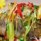 清蒸鲈鱼是一道简单快手又美味的家常菜,家里没有蒸鱼豉油可放酱油代替,但是最好是用蒸鱼豉油,那个味道比普通酱油鲜美得多。喜欢记得点个赞哟😘😘😘😘#为长辈做道新年菜##美食##家常菜#