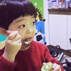 #年年和爸爸##吃货年年##宝宝#爸爸说:用勺子刮着吃然后舔一舔……