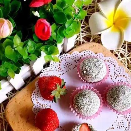 #美食##甜品##草莓的花样吃法#草莓抹茶糯米糍,里面也可以放豆沙馅,都好吃😁😁😁