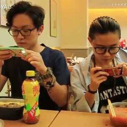 吃饭然后手机先吃 #搞笑##搞笑新人王##热门##日常#