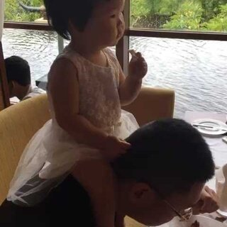 #宝宝##爱生活爱旅游#今天早餐各种作各种闹,后来坐在爸比脖子上才老实点😢