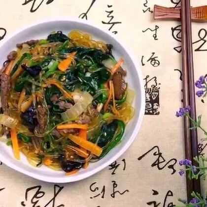 韩式炒杂菜,过年过节人多聚会的时候,可谓是必做的一道菜!由于它具有食材丰富,营养美味的特点,因此在聚会的餐桌上可是最受欢迎的哦!😋😋#美食##地方美食##美食作业##记忆中的年夜饭#