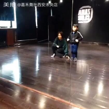 嘉禾舞蹈工作室西安未央店。快看我们的小可爱!好认真的😝😝😝😘😘😘!小宝宝真的很努力哦!@陆毛仔