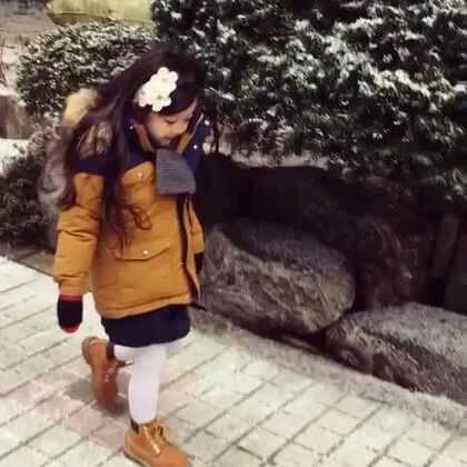 #宝宝##梨涡妹妹金在恩#见到下雪❄️特别开心欢喜的在恩😃在外面玩了好一阵也不愿回家的在恩😊