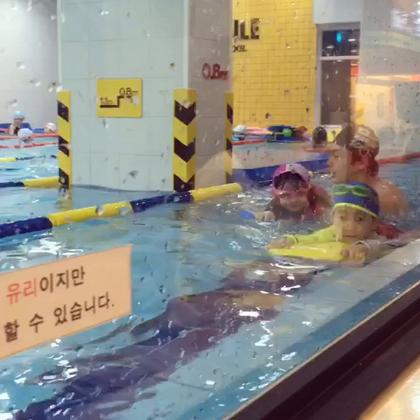 #梨涡妹妹金在恩##宝宝#努力学习游泳的在恩~~~看起来很享受的样子😊看来以后还要多带她来游泳锻炼😊