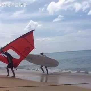 #泰国之旅#這次帶爸媽去布吉旅行,我選了一間離市中心較遠的酒店,但玩樂設施十分齊全,基本上我們留在酒店不用出去,已經可以玩好幾天了 🤗 我玩很久沒碰過的「滑浪風帆」,而且成功起帆+沒有跌下水,但是最後卻。。。😆😆😝#旅游##带着美拍去旅行#