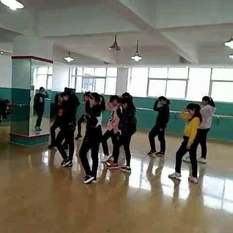 民族舞班的孩子,学起鬼步舞来,一点儿也不吃力