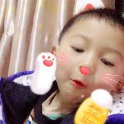 侄子边吃苹果边唱歌