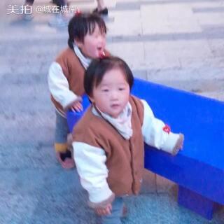 #最萌双胞胎#跑阿跑阿跑。@ZZ.の.萌宝