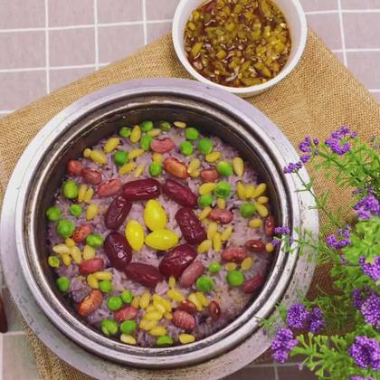 每年的上元节也就是元宵节的时候,朝鲜族都会在家做一顿美美的五谷饭,象征着新的一年五谷丰登,风调雨顺!再配上红枣,白果,饭豆,让这碗五谷既营养又美观,这里我用了石头锅来做,又让那种原始的米香体现的淋漓尽致!#美食##地方美食##美食作业#