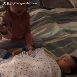 姐姐哄弟弟。完全不嫌累… 😊#宝宝##姐弟俩##姐姐弟弟最有爱#