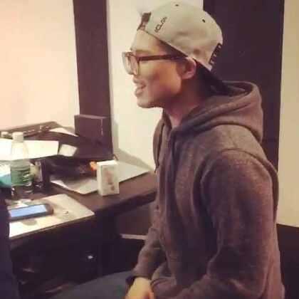工作累了让韩国小哥来了段即兴rap....果然一个字听不懂😂😂😂过段时间我们就会出这首音乐的民乐版了,期待一下哦!😍#鬼怪##stay with me#