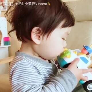 """#宝宝#不仅不会忘记喂车车们吃东西喝水,还要帮它们洗澡、亲亲,它们睡觉的时候伸出一根手指放嘴唇上说""""嘘"""",连做梦都在说car,说完翻个身继续睡……"""