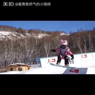 小咖啡去滑雪!#单板滑雪##热门#