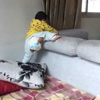 #宝宝##爬爬#这段时间自己经常爬出来 时时得看着他 我把抱枕竖起靠墙 他知道放倒自己脚踩在上面爬出来 (1岁.....)