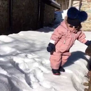 #宝宝##萌宝Roy# Mammamia在雪地里玩耍打滚的声音真奇妙!