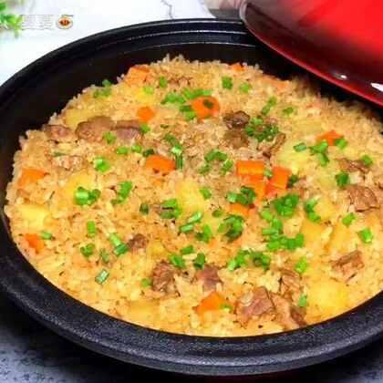 #美食#【牛肉焖饭】很喜欢这种焖饭,营养丰富又香味十足,放点干香菇在里面也是香的不得了。水的话比平时煮饭少那么一丢丢就可以啦~#家常菜##cheese夏食记#