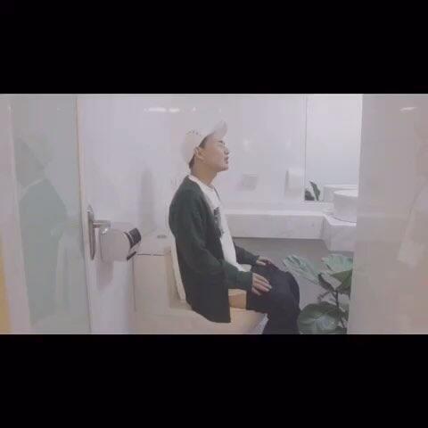 【V驸马美拍】上厕所记得带手机哦 #搞笑#