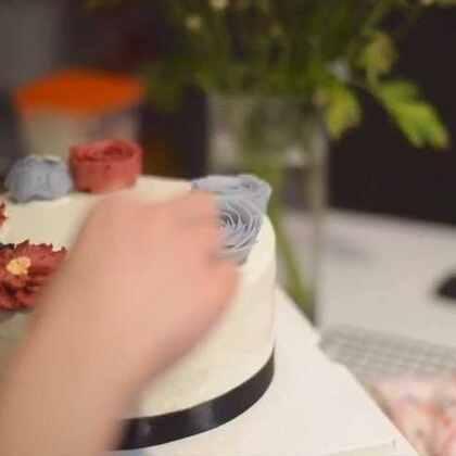 熟悉我的宝贝们都知道我现在在做自己的烘焙工作室拍摄了一个短片简单的介绍了一下,第一次这样面对镜头,采访中的我真是蜜汁紧张蜜汁尴尬还有蜜汁……肥胖 哈哈不要吐槽视频里的我~感谢摄影师@麦蔻_ 没毛病,拍片找他。唐山的朋友可以加工作室vx:happinesslip 不闲聊 粉丝vx:ppp911224#美食##烘焙#