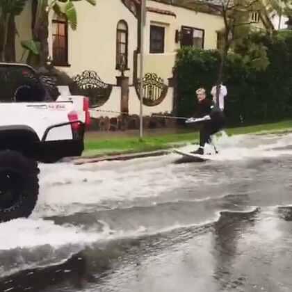 洛杉矶的暴雨天,我们都这么玩儿🏄|When it rains in LA… surf it! #逗比的日常##搞笑##热门#
