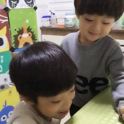 """#一步一年##宝宝#步步说这是他们同学间流行玩的""""呸呸卡""""🤔谁呸得远谁就赢🙄"""