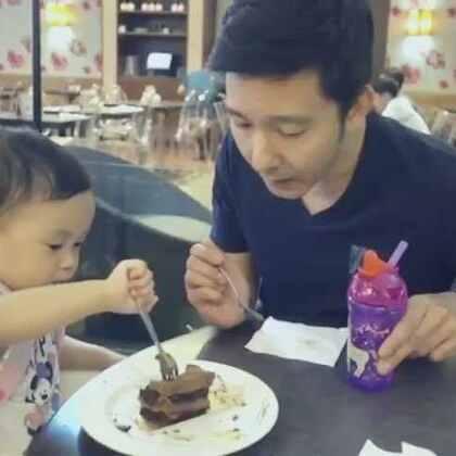 Share cake with Harper 😋🍰 和Harper ㄧ起吃蛋糕!#美好的下午##daddylittlegirl##cake#