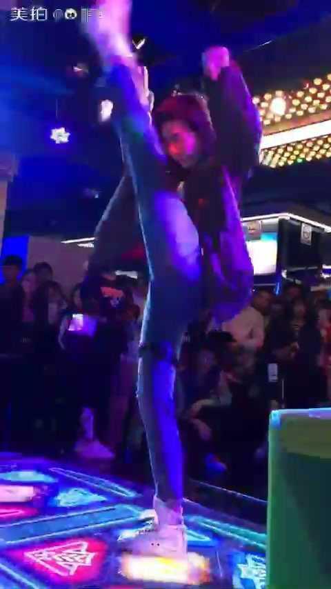 #e舞成名# 今天文商#跳舞机#有个小比赛,去凑了个热闹,比了一轮就去演出了,时间来不及了,就先走了. 这个封面,我也是醉了